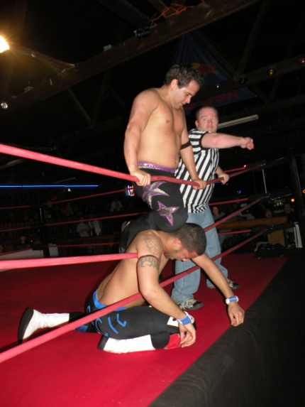 Espinosa chokes Cerveza using the ropes.