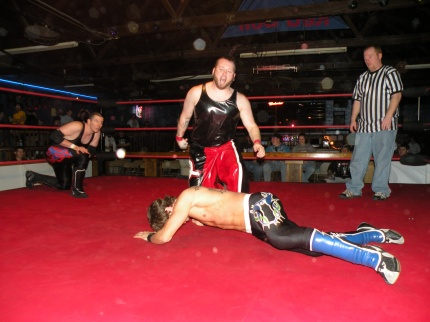 Arik Cannon has Mike Sydal hurt early.