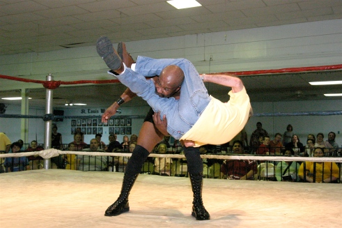 MMWA Promoter Tony Casta thrilled the fans when he excuted a perfect flying head scissors on Shaft. (Photo credit: Mike Van Hoogstraat)