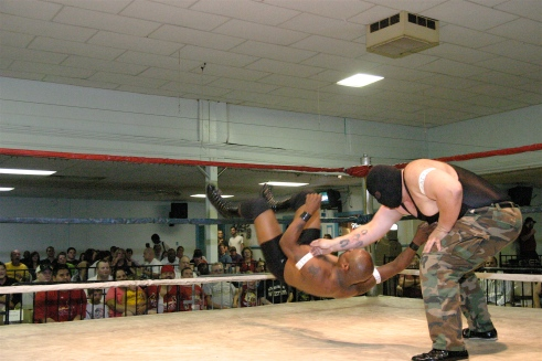 The Big Texan shows his power to shaft early in the match. (Photo Credit by Mike Van Hoogstratt)